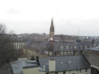 Vue dégagée des toits du centre ville de Quimper