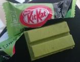Le KitKat : gros délire japonais !! On en trouve à plein de saveurs différentes : thé vert, piment, fraise, raisin, cheesecake, chocolat noir ...