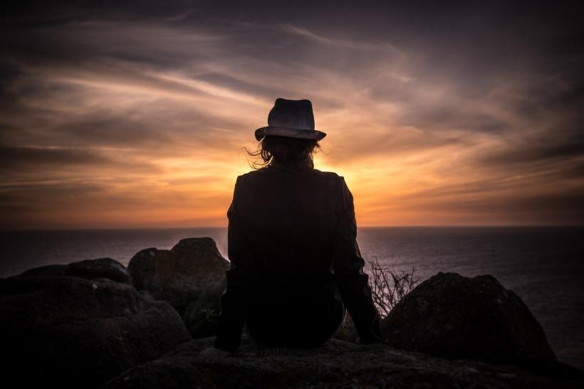 Image à la une femme regardant l'horizon